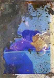 Melinda Gibson & Thomas Sauvin, sans titre #2, série Lunar Caustic, 2014-15 épreuve unique ou tirage lambda en édition de 6 (+2EA) - 24,2x16,9 cm tirage argentique C-Print, acide, nitrate d'argent encadrement bois de noyer, verre musée